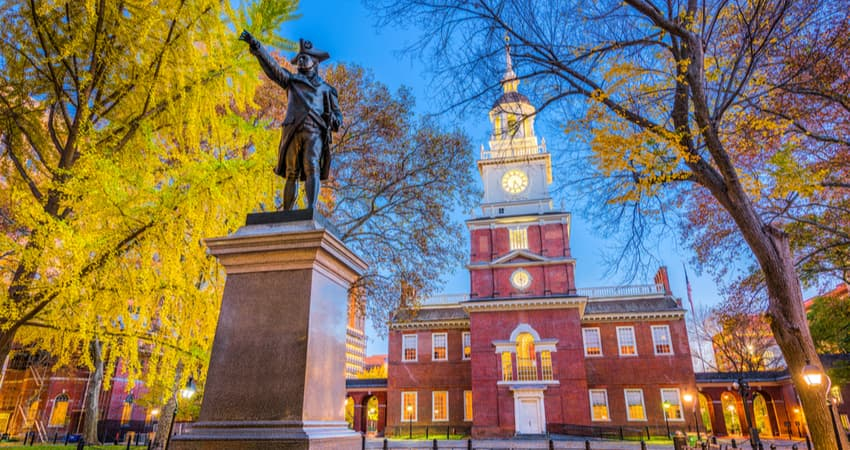the outside of independence hall in the evening